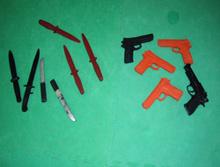 Cuchillos y pistolas para entrenamiento